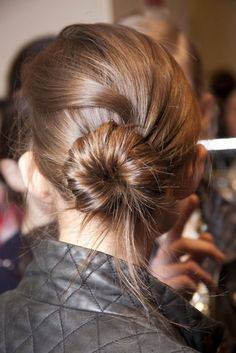 The Easy Fix to a Bad Hair Day; learn from jennifer aniston for a good hair. Bad Hair Day, Trendy Hairstyles, Bun Hairstyles, Love Your Hair, My Hairstyle, Facon, Hair Dos, Gorgeous Hair, Hair Lengths
