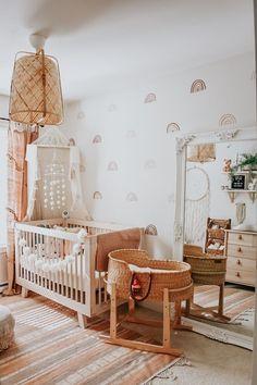 Boho rainbow baby nursery closet in peach, brown, tan and neutrals de habitacion de bebe