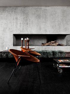 Noir et gris dans le salon / Black and grey in the living room.  Great fireplace.