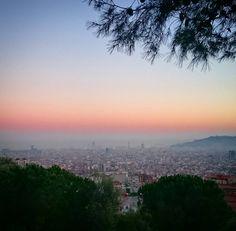 Egal wo auf der Welt und wie oft man sie schon gesehen hat Sonnenuntergänge sind einfach immer wieder was ganz besonderes... Wie dieser hier heute Abend über #Barcelona.   #sunset #barca #placewithaview #wanderlust #sunset_madness #littlecityinspain