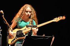 Tal Wikenfeld. Una joven intérprete del bajo. Su sesión con Jeff Beck es legendaria, pero mejor escúchenla aquí con Eric Clapton y Vinnie Colaiuta: https://www.youtube.com/watch?v=8ygnlWfperw