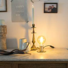 Een klein lichtpuntje kan al het verschil maken. #lampenlicht #tafellamp #minimalism #light #cozy #inspiration #homedeco