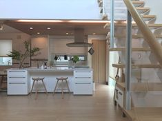 Having a house of limited size does not mean you lose the opportunity to decorate the kitchen with the desired style. OPOCUK collected 40 minimalist kitchen design ideas that surely… Best Kitchen Designs, Minimalist Kitchen, Cool Kitchens, Dining Area, Madrid, Living Room, Interior Design, House, Furniture