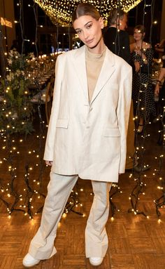 Hailey Baldwin's style has wowed us throughout so here's a look back at her capsule wardrobe. Simple Outfits, Cool Outfits, Party Outfits, Outfits Tipps, Neon Shirts, Hailey Baldwin Style, Sleeveless Blazer, Skirt Co Ord, Checked Blazer