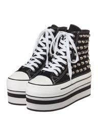 platform sneakers Picture from Platform Shoes. Platform Converse, Platform Sneakers, Converse Shoes, High Top Sneakers, Vans Sk8, Converse Chuck Taylor, Shoe Bag, Boots, Stuff To Buy