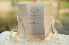A Ana Marta e o Marco queriam um convite de casamento elegante e que cromaticamente tivesse as cores usadas no casamento, o azul e o branco champanhe, este foi o resultado, se quiserem encomendar o...