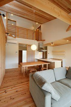 杉材をふんだんに使い、リビング全体があたたかい雰囲気となりました。テーブルも無垢の一枚板でまとめ上げ、統一感があるリビングとなりました。#株)kotori #kotori #DIY #家具 #ダイニングテーブル #SE構法 #重量木骨の家 #キッチン #北欧 #おしゃれ #ダイニング #付加価値 #資産価値 #ブランド #設計事務所 #設計 #工務店 #豊川市 #愛知県 #デザイン #アウトドア #階段 #梁現し