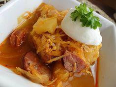 Zvířátkový den - zelňačka s klobáskou.na sádle opečeme cibuli s klobáskou, přidáme kysané zelí, ochutíme solí, pepřem , uzenou paprikou, zalejeme hovězím vývarem (nebo vodou) přidáme na kousky nakrájenou kedlubnu a povaříme do měkka. Zdobíme řeckým jogurtem Delena, Thai Red Curry, Low Carb, Soup, Diet, Chicken, Ethnic Recipes, Soups, Loosing Weight
