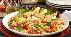 Alguém tem que ficar responsável pela salada. Se você está cansado das receitas de sempre, veja como fazer uma salada com arroz e legumes para mudar os hábitos. Clique no MAIS para ver a receita