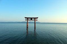 滋賀の絶景パワースポット「白髭神社」        滋賀県北西部の高島市市にある、日本最大の湖・琵琶湖に面した神社です。創建はなんと1900年前。第11代天皇の垂仁天皇の頃で、近江最古の神社とされています。また、全国にある白髭神社の総本社ともされています。最寄の高速道路からのアクセスだと、名神高速道路の京都東ICを降り、国道161号線のバイパスを約1時間、琵琶湖沿いにひた走るのが一番早い