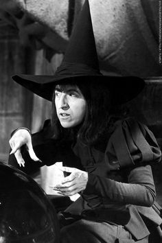 """Margaret Hamilton as """"The Wicked Witch of the West"""", in Metro-Goldwyn-Mayer's musical film The Wizard of Oz Vintage Witch, Vintage Halloween, Halloween Witches, Halloween Magic, Halloween Photos, Halloween Stuff, Halloween Cards, Halloween Ideas, Judy Garland"""