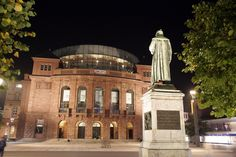 State theatre with the sculpture of Johannes Gutenberg. ©Landeshauptstadt Mainz