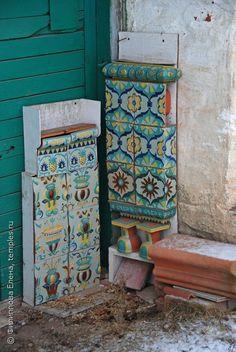 Из словарей: ИЗРАЗЕЦ Кирпич, тонкая плитка из обожженной глины, покрытая с лицевой стороны глазурью, кафель. Керамический элемент украшения или облицовки стен…