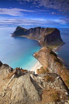 Wunderschöne Aufnahme des Mastadfjellet auf der Insel Værøy in der Region Nordland in Nordnorwegen. Ungefähr 750 Einwohner hat die Insel - Vögel gibt es unzählige, ein Traum für Ornithologen!