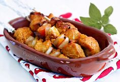 Espetinho de frango no forno é bem light e eu acho uma maneira mais lúdica de consumir o peito de frango que na minha opinião é meio sem graça. Mas corre um grande risco do espetinho ficar ressecad…