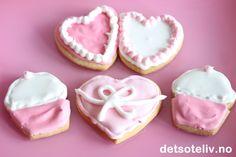 """""""Decorated Sugar Cookies"""" er basert på enkle vaniljekjeks (""""Vanilla Cookies"""") som stikkes ut i ulike mønstre og som dekkes med glasur laget av melis og eggehvite (""""Royal Icing""""). Det spesielle med denne glasuren er at den lages i både fast og flytende variant: Den faste glasuren brukes til å markere ytterkantene på cookiesene og til å lage finurlig pynt, mens den mer tyntflytende glasuren er beregnet på å dekke større flater. """"Decorated Sugar Cookies"""" har tatt kakeverdenen med storm og…"""