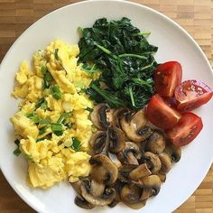 Scrambled eggs with scallions cooked in ghee with sautéed mushrooms, steamed spinach and tomato wedges for brunch. Healthy Meal Prep, Healthy Breakfast Recipes, Healthy Snacks, Healthy Eating, Healthy Recipes, Cucumber Recipes, Diet Recipes, Cooking Recipes, Comidas Fitness
