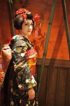 http://lesinstantanesdekloe.fr/le-kimono/ Maiko © Margot Lerondel