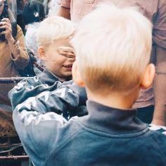 portret cu mână . . . #child#face#streetphoto#visualtraveller#AoV#outofthisworld#artphoto#visualmood#vsco#exploretocreate#createcommune#MoodyGrams#cheadsmagazine#peoplescreatives#creativemag#agameoftones#humanist#instaart#paris#streetphotography#portraitphotography#portrait#portraiturephotography#waitinginline#children#eiffel#touristtrap