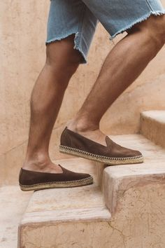 Our suede espadrilles are a essential for your summer days. From the beach to dinner it is the perfect partner for the warmest days. Sand espadrilles made with sand leather and suede material. Featuring suede lining, leather insoles and jute soles. Espadrilles Outfit, Leather Espadrilles, Espadrille Shoes, Outfit Man, Mens Canvas Shoes, Shoe Molding, Mens Fashion Shoes, Boys Shoes, Summer Shoes