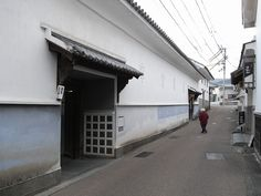 No.241-2 脇町立図書館 Team Zooいるか設計集団 徳島県美馬市 1986年 http://teamzoo-iruka.com/ 図書館への入口。町への溶け込み具合が超グッドです!