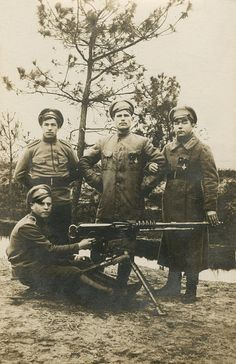 WWI, 1916, Champagne; Russian soldiers with their Hotchkiss machine gun.