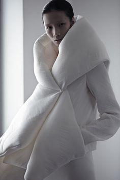 Qiu Hao F/W 2011 Serpens by Matthieu Belin, via Behan .........Or how to wear a duvet......