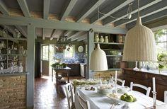Une cuisine spacieuse qui a su gardé son cachet. Sur une table chinée, Village Notre Dame, un chemin de table blanc Naaj, CSAO vaisselle, Ve...