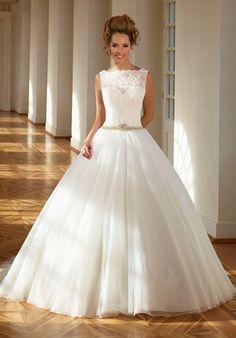 Elfenbeinfarbenes royales Hochzeitskleid aus Spitze im Prinzessinnen-Look - von Diane Legrand