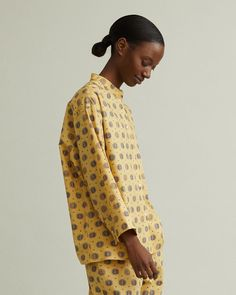 Loose blouse in allover print with wide sleeves and mandarin collar. Collar Blouse, Mandarin Collar, Designing Women, Collars, Men Casual, Apothecary, Sleeves, Model, Mens Tops
