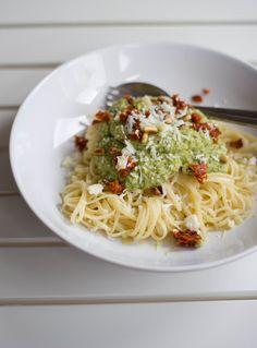 Sommerliches Rezept für köstliche Linguine mit Zucchini-Pesto und getrockneten Tomaten