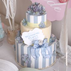 幸せの「サムシングブルー」のウェディングケーキ型ウェルカムボード。爽やかなブルー&イエローのストライプのおしゃれな3段ケーキボックスです♡ウェディング後は、インテリアとしてふたりの新居に飾って思い出も永遠に♡一番下の箱はボックとしてお使い頂けます!