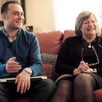 Fabrizio, social media strategist, spiega alla mamma il suo mestiere una volta per tutte. Un insegnamento prezioso per tanti di noi.  - Guarda le foto del dietro le quinte