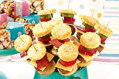 Mini hamburgers on sticks - Need inspiration for your kids' party? Score full marks with these mini burgers on a stick!