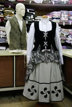 con laburu Basque Country, Costume Design, Beautiful Outfits, Apron, Costumes, Female, Hair Styles, Crochet, Womens Fashion