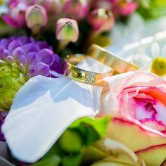 Ringe in einem Blumenbett. Schaut Euch diese wunderbare Handarbeit an.