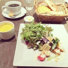 [2014/09/25]    本日のランチ\(◡̈)/♥︎    サラダランチ ¥1000    鶏モモ肉と秋野菜のサラダ ココナッツ風味のホワイトカレーソース      @ MAISON KAYSER Cafe 池袋店