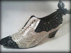 Zapato hecho con fragmentos de libro