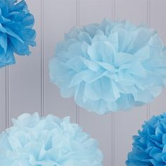 """Die PomPoms """"Fluffy"""" in zarten Blautönen verleihen der Hochzeitsdekoration einen schönen farblichen Akzent. Das Set, bestehend aus 3 großen und 2 kleinen PomPoms, ist ideal, um Candybar, Stühle, oder auch das Brautauto schnell und einfach mit süßen Highlights zu verzieren!"""