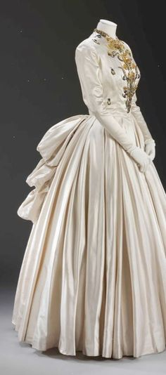 Evening dress (robe de gala) Jacques Fath Paris 1948 spring/summer Silk satin, embroidered by Rébé with sequins and beads Worn by Lady Alexandra Howard-Johnston (later Lady Dacre) was the wife of the Naval Attaché to Paris, Vintage Gowns, Mode Vintage, Vintage Outfits, Antique Clothing, Historical Clothing, Historical Dress, 1800s Clothing, Old Dresses, Pretty Dresses