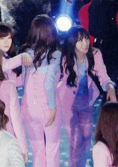 Taeny hand hold Tiffany leading Dream Concert 2014 SNSD