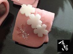 「さくらがさね」山種美術館cafe 菊池芳文の花鳥十二か月「桜」を表した和菓子で、花見の衣にしだれ桜が表されております。 軽やかな色合いの春らしいお菓子です。