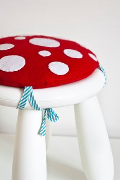 Mushroom stool cushion - must do this! I have a funny old stool that I hide out of sight would look fabulous painted white and with this cushion on it. Fabric Crafts, Sewing Crafts, Sewing Projects, Projects To Try, Diy Crafts, Stool Cushion, Cushion Ring, Cushion Covers, Pillow Covers