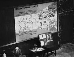 Fotografias, artefatos e mapas apresentados como evidência ao Tribunal Militar Internacional. Nuremberg, Alemanha, entre 20 de novembro de 1945 e 1° de outubro de 1946.