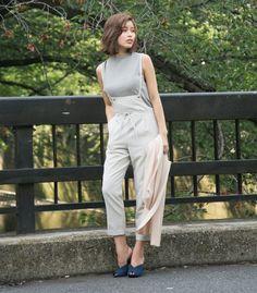 華奢な肩ひもが女性らしく トレンド感のあるサロペットパンツ。 ストレッチ性もあり、ヒップ周りが 緩めのシルエットでリラックス感あるアイテム