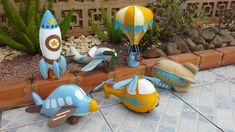 Kit com 06 peças confeccionadas em feltro com enchimento de fibra siliconada. <br>Composto de: <br>Avião azul : 33 cm <br>Avião bege: 37 cm <br>Helicóptero: 30 cm <br>Zeppelin: 26 cm <br>Foguete: 34 cm <br>Balão: 33 cm <br>Solicite tambem em outras cores ou peça orçamento em outros tamanhos. Doll Sewing Patterns, Sewing Toys, Baby Sewing, Fabric Toys, Felt Fabric, Airplane Party, Felt Baby, Felt Toys, Drawing For Kids