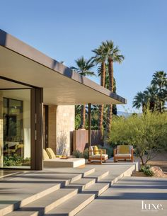 A Modern Palm Springs Desert Home with Micentury Style LuxeSource Luxe Magazine - The Luxury Home Redefined Landscape Architecture, Architecture Design, Palm Springs Houses, Diy Terrasse, Modern Pools, Desert Homes, Terrace Design, Great Rooms, Exterior Design