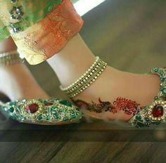 Here are the new styles of fancy khussa shoes designs for girls in Choose from kundan khussa, red khussa, golden khussa and black fancy khussa designs. Silver Anklets Designs, Anklet Designs, Mehndi Designs, Indian Shoes, Bridal Heels, India Jewelry, Jewellery, Schmuck Design, Stylish Girl