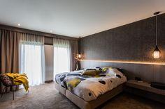 Met deze prachtige slaapkamer in huis voelt het alsof je elke dag op vakantie bent. Door het gebruik van natuurlijke kleuren met een kleuraccent straalt de kamer rust uit.  #hotsfeer #design #interieur #interieurbouw #ontspanning #rust #ruimte #slaapkamer #kleuraccent