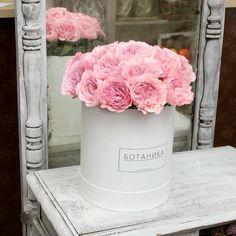 Розы в белоснежной шляпной коробке